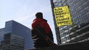 Pancarta de Greenpeace colgada en el edificio de la Comisión Europea en Bruselas.