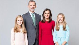 Los Reyes, la princesa Leonor y la infanta Sofía, en una imagen oficial distribuida por la Casa del Rey el pasado mes de febrero.