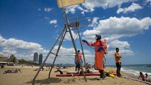 Desinfección del puesto de socorrista de la playa de la Barceloneta, en Barcelona, el pasado 12 de junio.