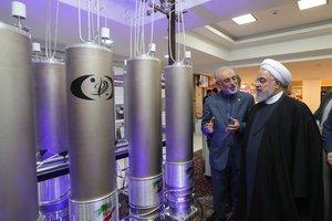 Fotografía de archivo realizada el 9 de abril de 2019 que muestra al presidente iraní, Hasán Rohaní, durante una visita a la organización de tecnología nuclear Ali Akbar Salehila en Teherán.