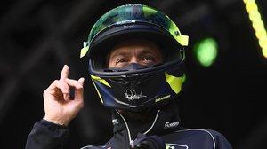 Valentino Rossi se pone su casco antes de subastarlo, en Silverstone, para que todo el mundo vea que es el suyo.