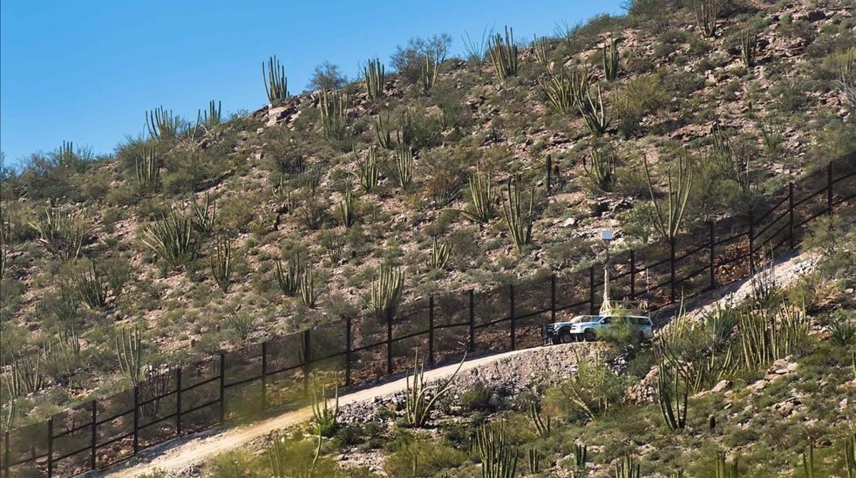 Vehículos de la Patrulla Fronteriza con cámaras en la frontera entre EEUU y México, cerca de Lukeville (Arizona), el 16 de febrero del 2017.