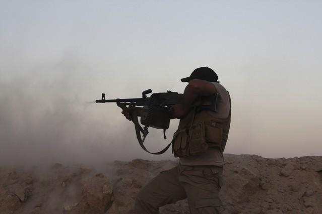 Un voluntario chií se enfrenta a combatientes del Estado Islámico, el pasado 8 de septiembre en Tikrit (Irak).
