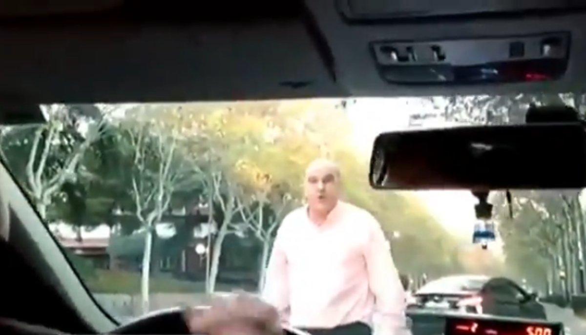 El conductor de VTC amenazando al taxista.