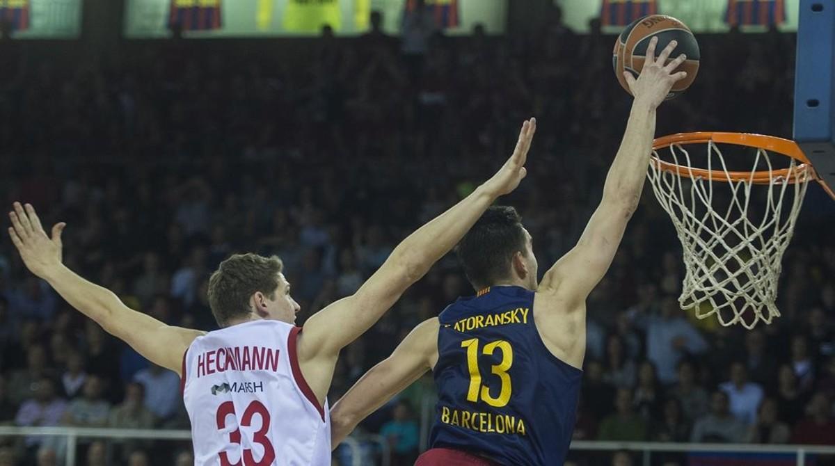 Vuelo de Satoransky hacia el aro rival superando a Heckmann, durante el partido de euroliga de baloncestoentre el FC Barcelona y el Brose Baskets alemán en el Palau Blaugrana.