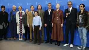 Wes Anderson (en el centro, quinto por la derecha), con los actores que ponen las voces en 'Isla de perros'.