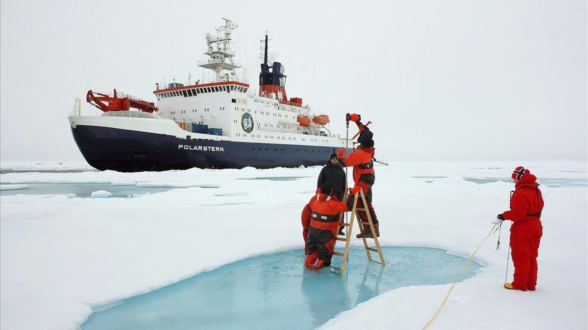 Científicos miden el grosor de la capa de hielo del Ártico cerca del Polo Norte