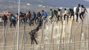 Diverses desenes de migrants aconsegueixen saltar la tanca de Melilla