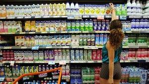 Variedades de leche en un supermercado de Barcelona, en una foto de archivo.