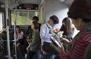Turistas en la parte trasera del bus 24