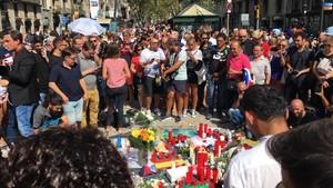 Homenatge a les víctimes a la Rambla.
