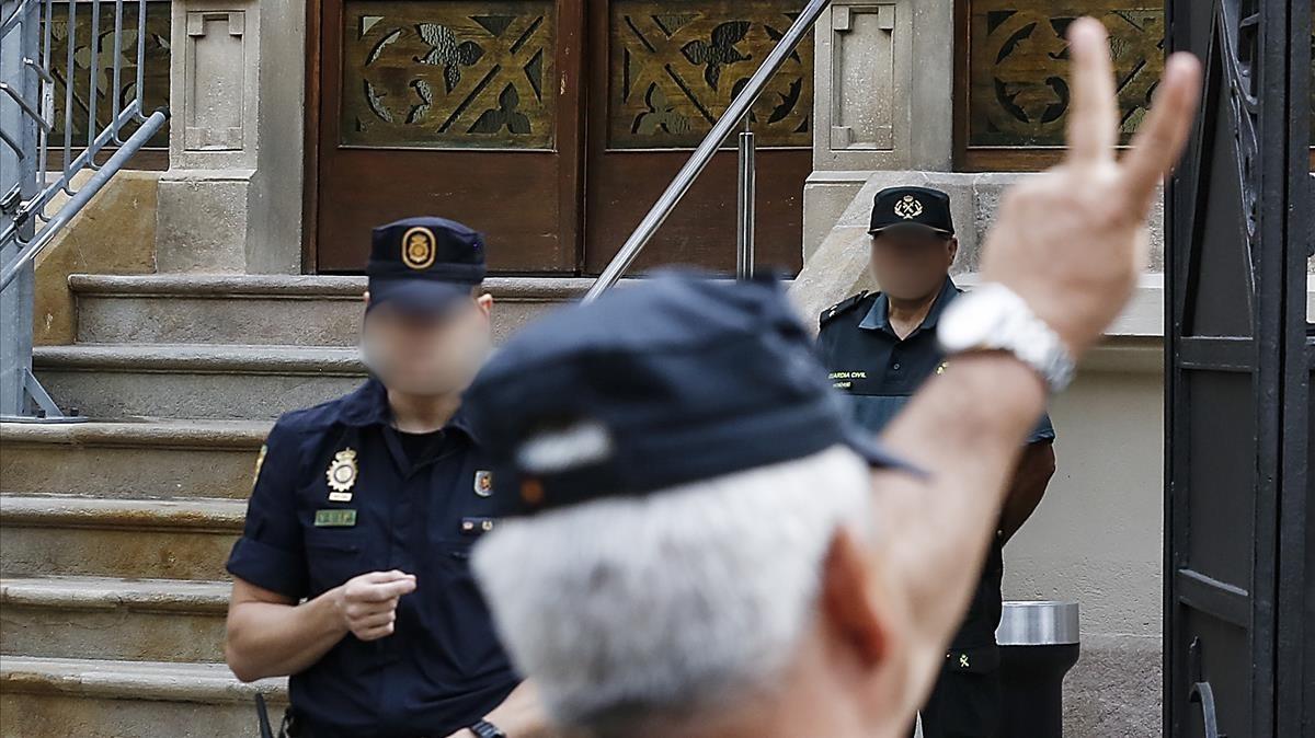 A la izquiera, el inspector jefe J. A. F., durante un servicio frente a la delegación del gobierno.