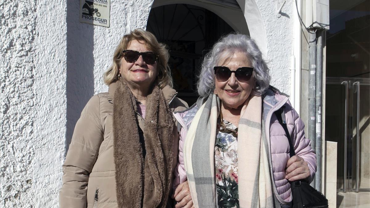 Inma Romero (izquierda) y Elisabeth Castellanos, frente al Centro de Mayores de Málaga.
