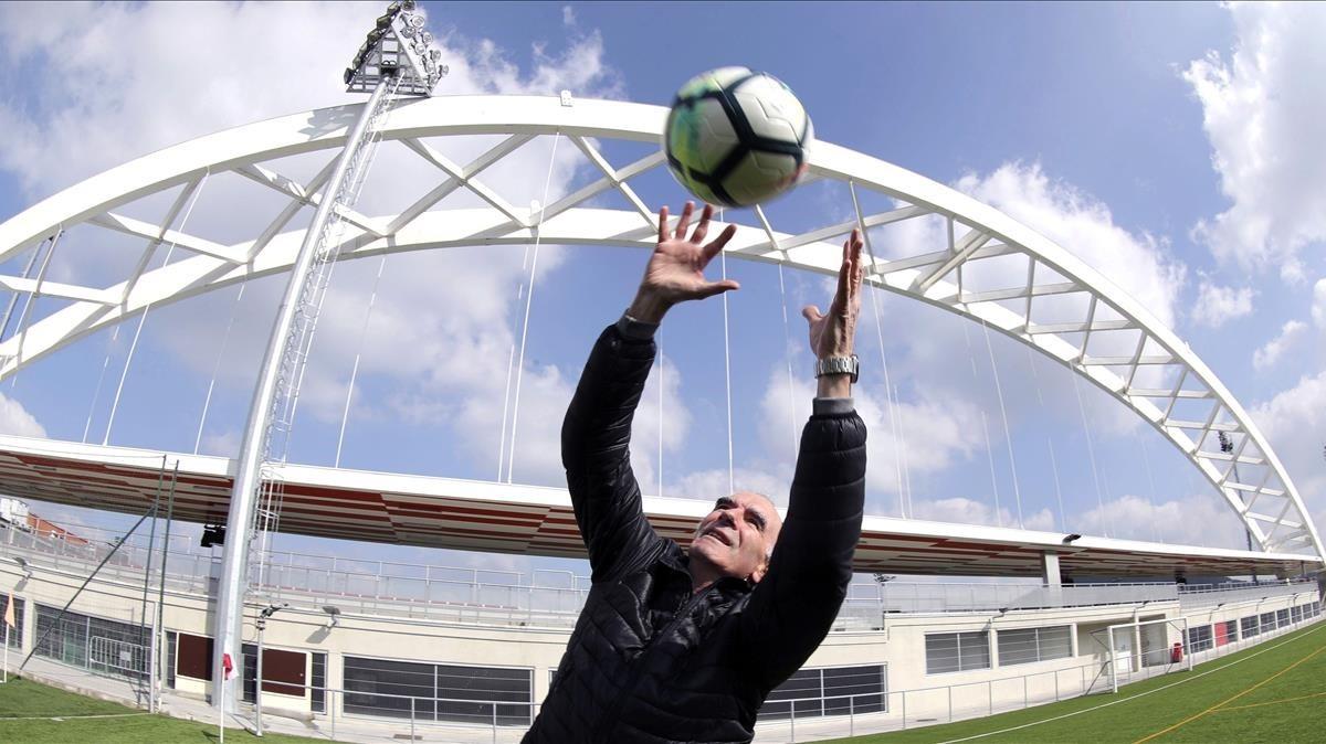 El exportero del Athletic, José Ángel Iribar, 75 años, atrapa un balón en Lezama.