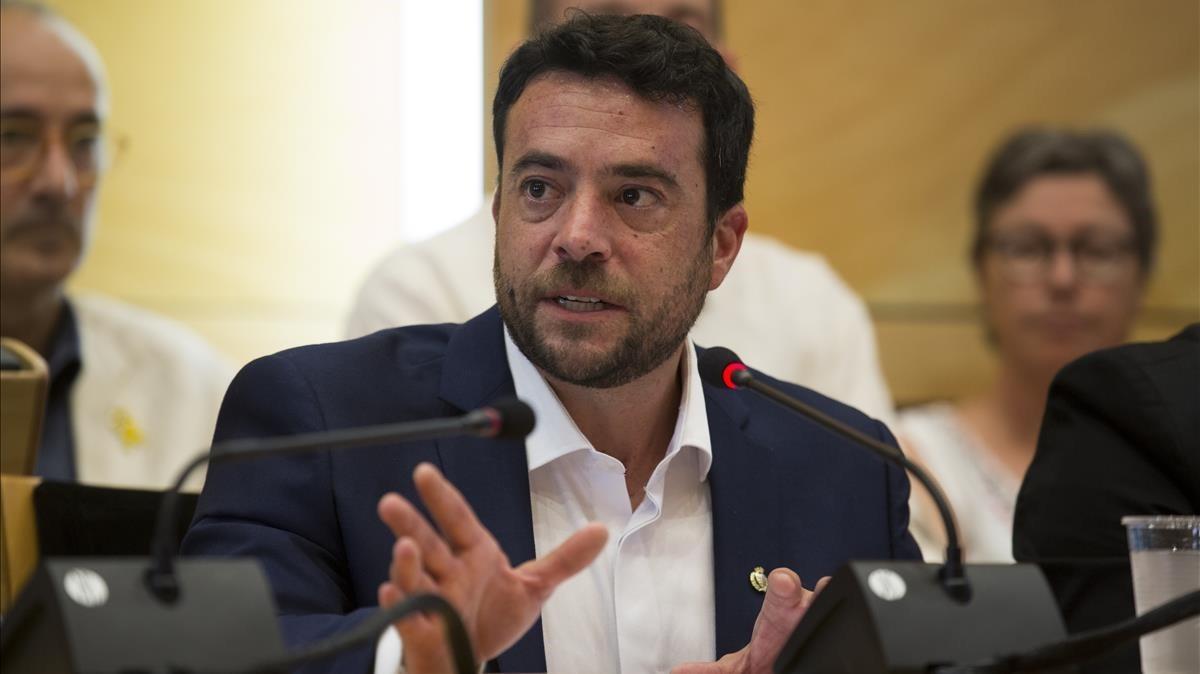 Pastor retira la pancarta en favor dels polítics presos de l'Ajuntament de Badalona