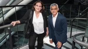 Colau con el alcalde de Londres, Sadiq Khan, este martes en la capital inglesa.