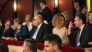 De izquierda a derecha: Artur Mas,Quim Torra y Salvador Alemany, president del Liceu,Meritxell Batet yJaume Giro, director general de La Caixa.