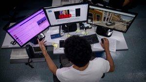 Un periodista del equipo de AFP trabaja en la oficina de Agence France-Presse en Río de Janeiro (Brasil).