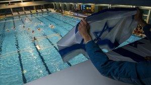 Una bandera israelí durante el partido disputado en el CAR de Sant Cugat.