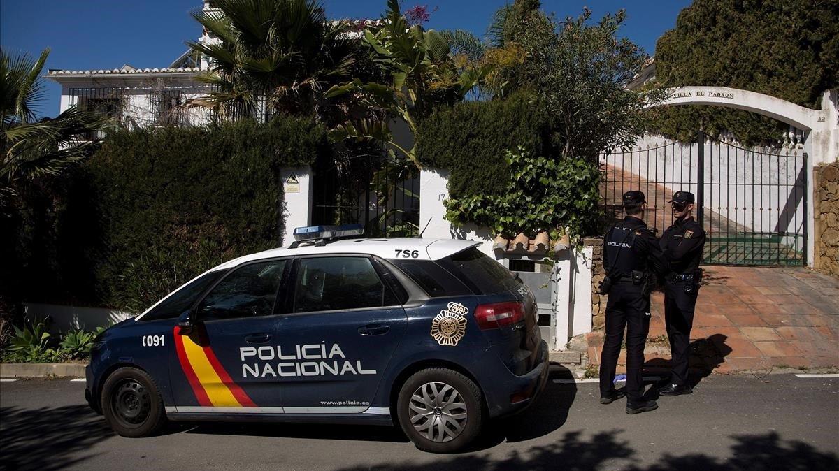 Un patrulla de Policía Nacional ante la vivienda donde se ha cometido el crimen machista de Estepona (Málaga).