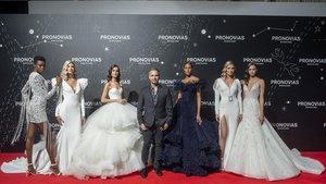 HervéMoreau, director artístico de Pronovias, entre las modelos que lucensus diseños, en el desfile que cerró el Barcelona Bridal Fashion Week.