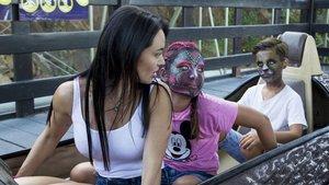 Franceska, con sus hijos Violeta y León,en una atracción del Tibidabo, en una imagen del documental 'Me lamo Violeta'.
