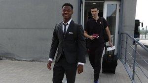 Ansu Fati, con el uniforme de viaje del Barça, rumbo a Dortmund.