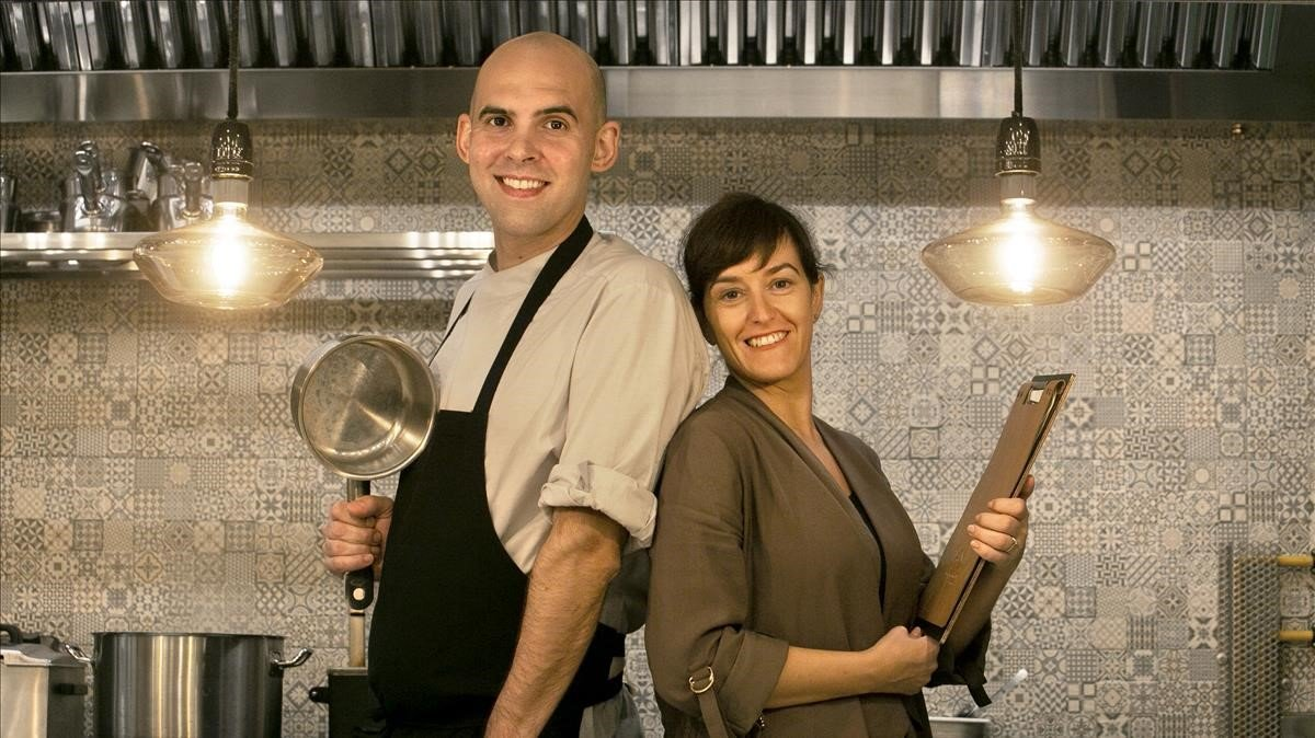 Pedro Silva y Tere Sánchez, en la barra a la vista desde la que se elaboran los 'tartars' en La Tartarería.