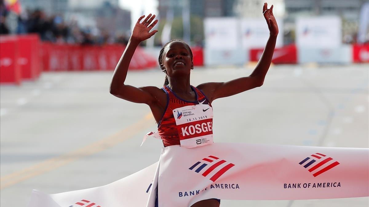 Brigid Kosgei atraviesa la meta en Chicago (EEUU) con un nuevo récord del mundo.
