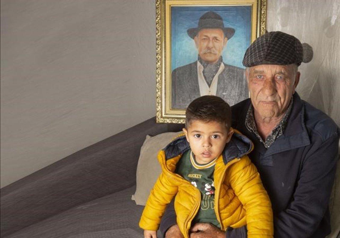 El Tío Joaquín, patriarca de Figueres, con su hijo Jesús Casamiquela y el niño Toni Arenas Pubill.