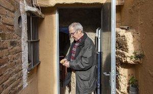 Jaume en la puerta del refugio bajo su casa, en el barrio del Carmel.