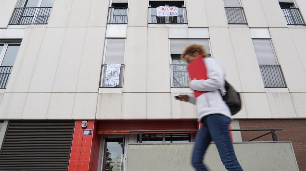 Pancartas en la fachada del 11 de Alfonso Comín, en Barcelona.