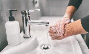 Las autoridades sanitarias aconsejan lavarse las manos con frecuencia para mitigar la transmisión de enfermedades infecciosas