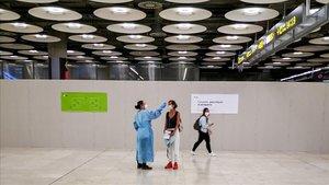Comencen els controls sanitaris a tots els passatgers que arribin a Espanya
