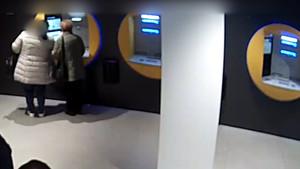 Captura del vídeo en que se ve como una estafadora engaña a una mujer mayor para conocer el PIN de su libreta de ahorros.