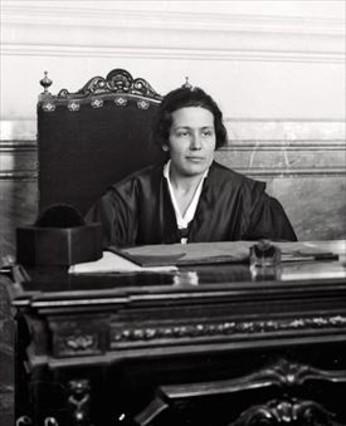 Victoria Kent. «Hoy es<br/>peligroso conceder el vo-to a la mujer», dijo en 1931.