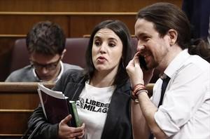 Montero, con el nombre de Milagro Sala en la camiseta. Iglesias, al lado.<br/>