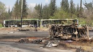 Autobús destrozado tras el coche bomba contra el convoy de civiles evacuados de la ciudad siria de Alepo.