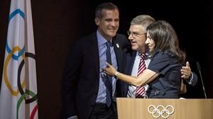 Eric Garcetti (alcalde de Los Ángeles), Thomas Bach (COI) y Anne Hidalgo (alcaldesa de París), este martes en Lausana.