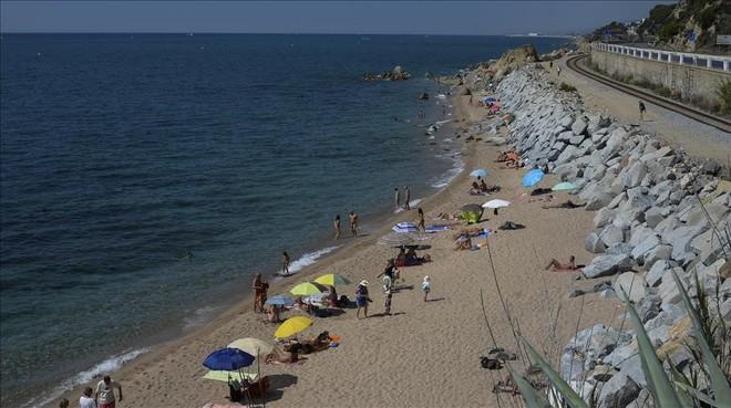 Playas expr s huye de la ciudad en ba ador for Piscinas nudistas barcelona