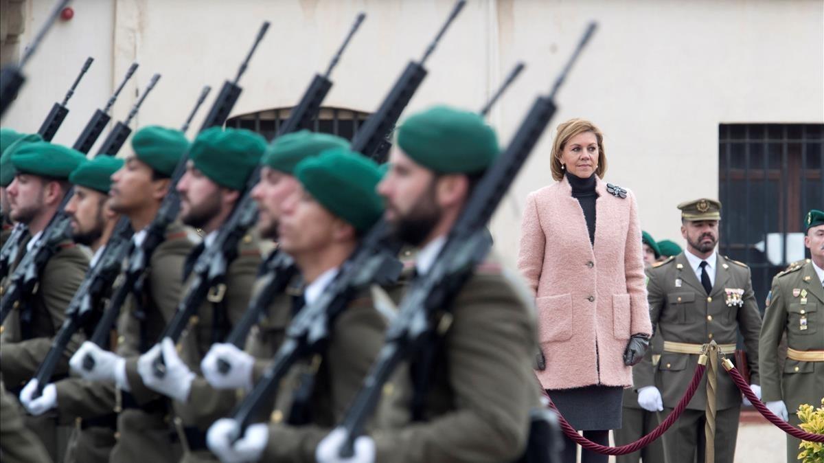 La ministra de Defensa, María Dolores de Cospedal, pasa revista en el cuartel del Bruc.