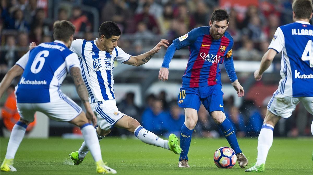 Messi, rodeado de jugadores de la Real Sociedad.