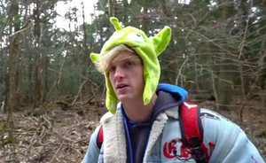 Fotograma del polémico vídeo de Logan Paul en el bosque de los suicidios de Japón