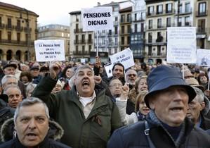 Miles de personas se manifiestan por pensiones pese mal tiempo en Pamplona