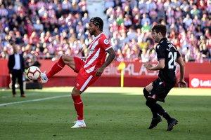 El jugador del Girona Douglas Luiz controla un balón en el partido ante el Levante.