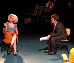 Mireia Lorente-Picó y David OMalley interpretan a la secretaria rubia y el despótico jefe.