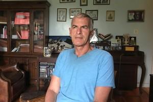 El académico y escritor Norman Finkelstein, en su casa neoyorkina de Coney Island.