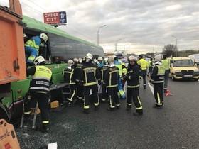 Aparatoso accidente con 17 heridos en Pinto: un autobús y dos camiones implicados