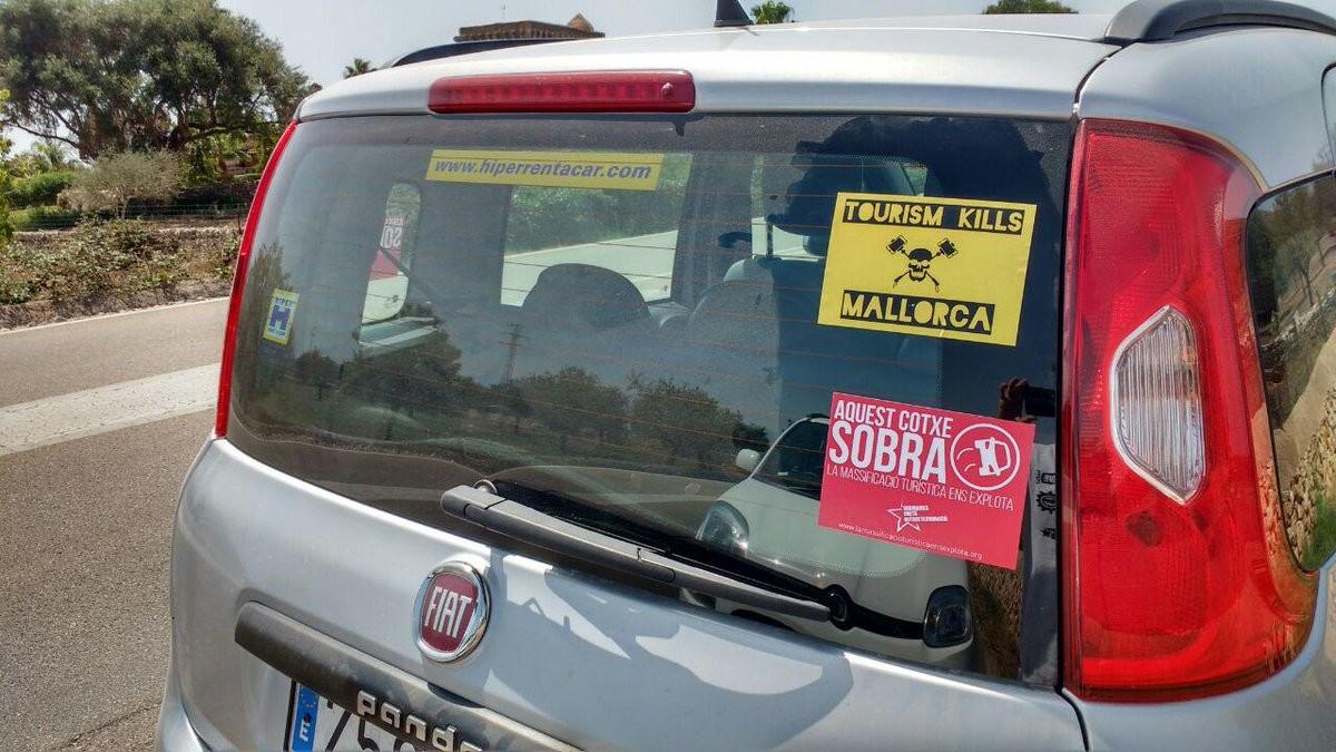 """Pegatinas en vehículos de alquiler en Palma: """"Este coche sobra"""""""
