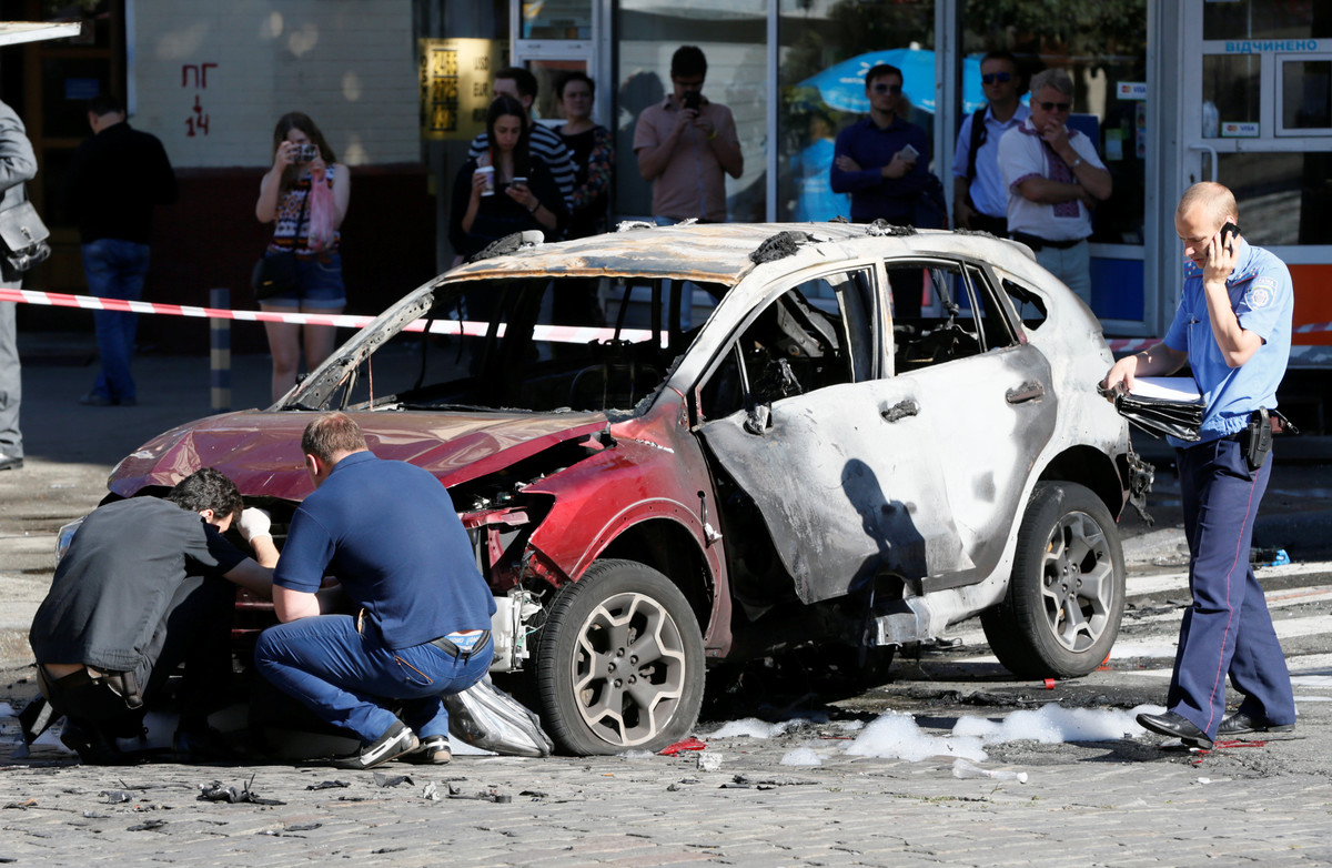 Agentes inspeccionan el coche en el que viajaba el periodista Pavel Sheremet, este miércoles en Kiev.